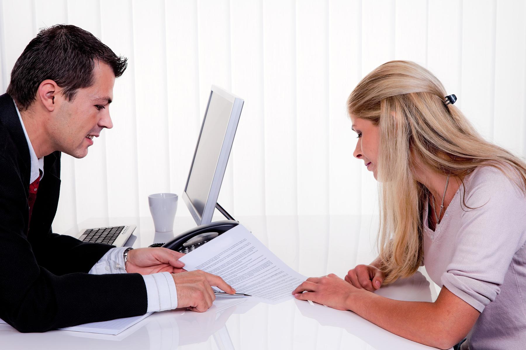Mann und Frau bei einem Beratungsgespräch