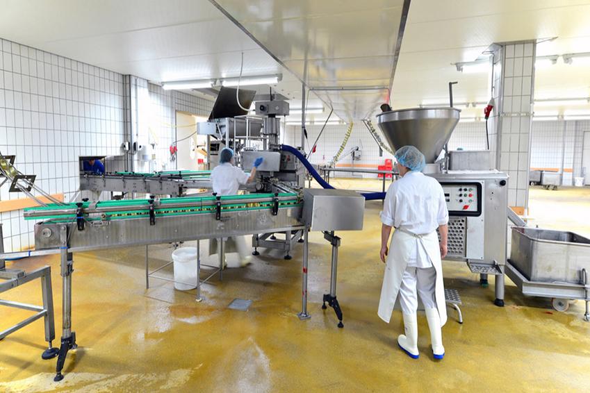 Lebensmittelfabrik - Herstellung von Würsten am Fliessband - In